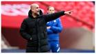 Pep Guardiola da instrucciones en las semis de Copa contra el Chelsea.
