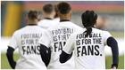 """Los jugadores del Leeds, llevando camisetas de """"Gánatelo, el fútbol..."""