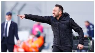 Roberto de Zerbi, entrenador del Sassuolo, da indicaciones ante la...