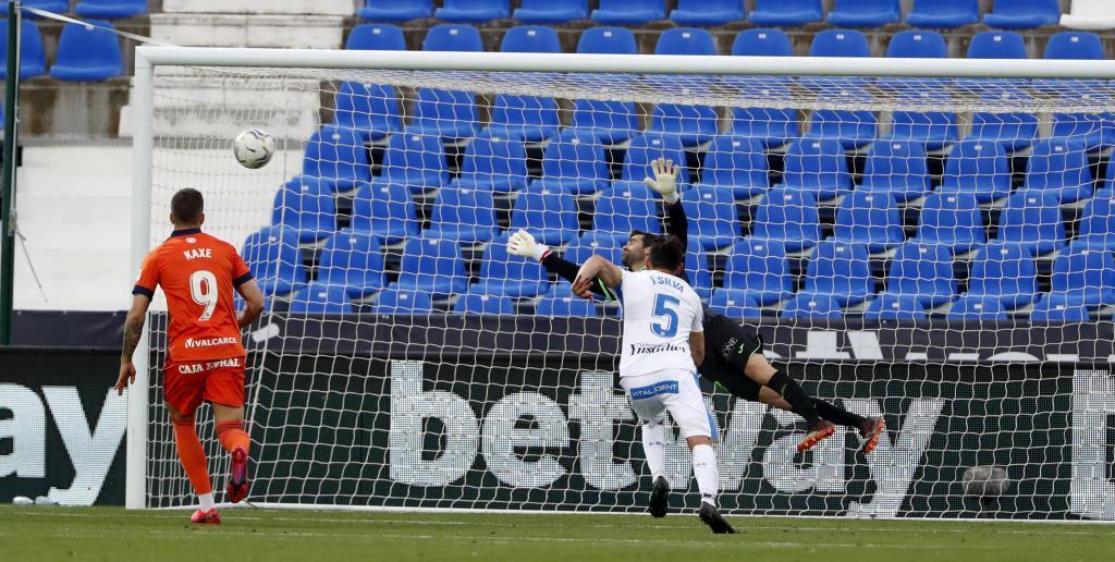El balón supera a Asier Riesgo en el golazo de falta de Sielva en Leganés