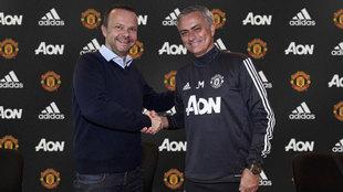 Ed Woodward y Mourinho durante la presentación del portugués.
