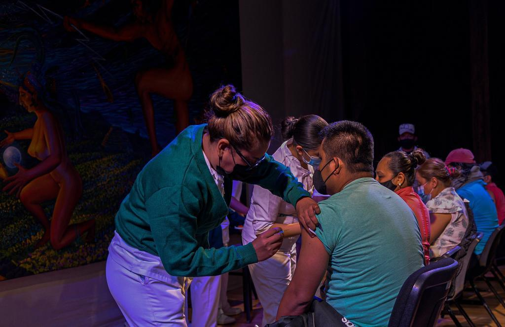 México comienza con la vacunación a los maestros, tras un año sin clases peresenciales