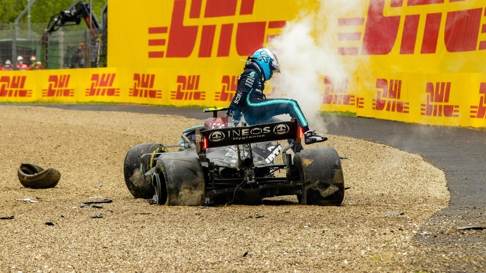 Bottas sale de su coche tras el accidente.