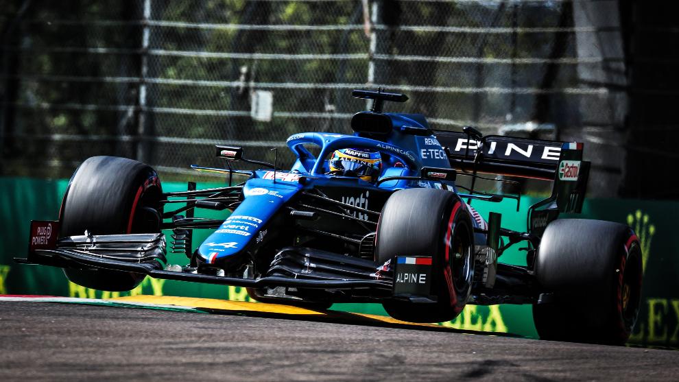 Alonso, al volante de su A521.