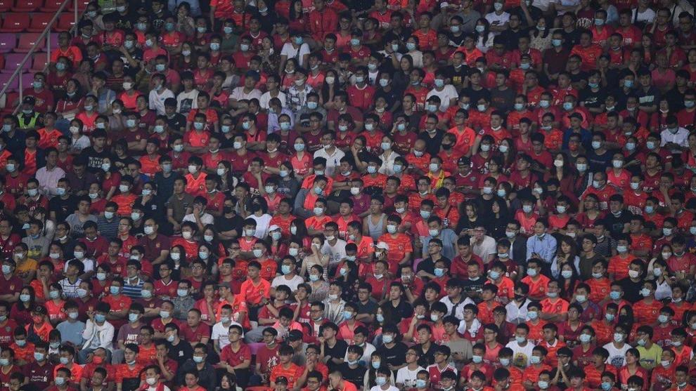 Aficionados de Guangzhou FC en el estadio de Tianhe viendo el derbi de Cantón.