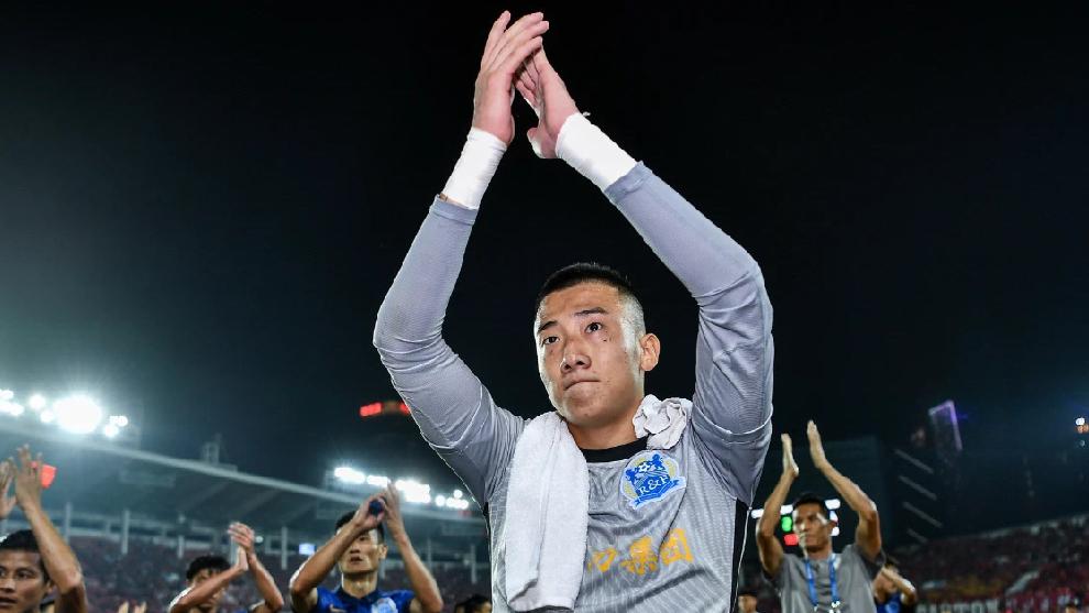 Han Jiaqi saluda a los aficionados del Guangzhou City desplazados al estadio de Tianhe.