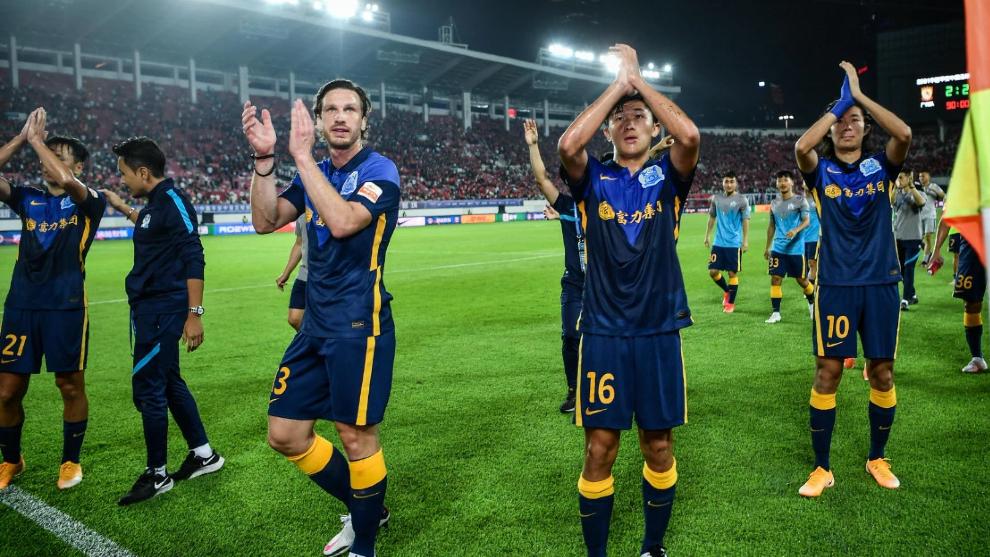 Los futbolistas del Guangzhou City aplauden a sus aficionados desplazados a Tianhe
