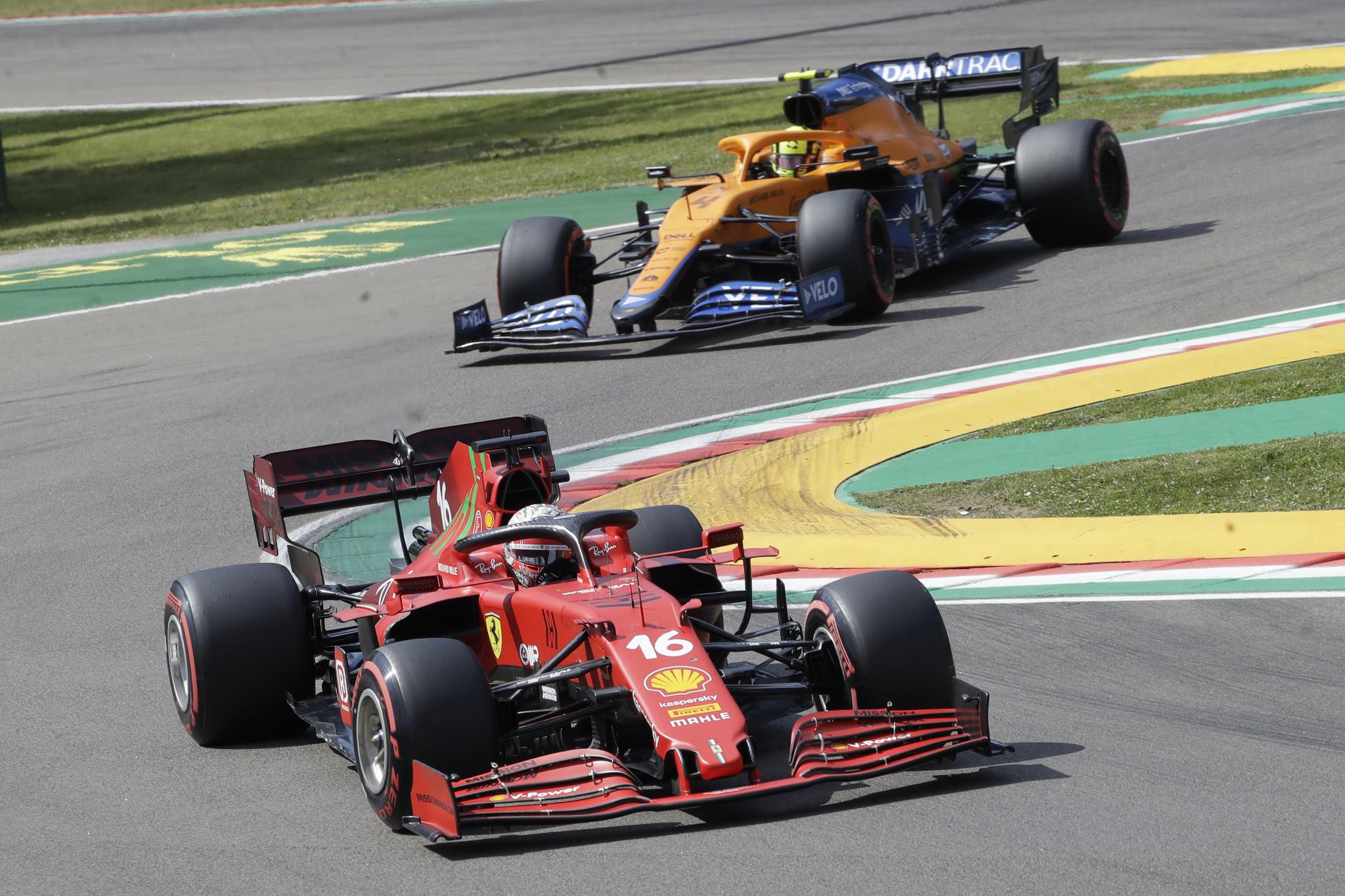 El piloto de Ferrari Charles lt; HIT gt; Leclerc lt; / HIT gt;  de Mónaco es seguido por el piloto de Mclaren Lando lt; HIT gt; Norris lt; / HIT gt;  de Gran Bretaña durante los entrenamientos de clasificación para el Gran Premio de Fórmula Uno de Emilia Romagna del domingo, en la pista de Imola, Italia, el sábado 17 de abril de 2021. (AP Photo / Luca Bruno)