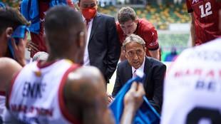 Luis Casimiro, entrenador del Casademont Zaragoza, da instrucciones a...