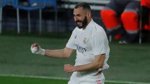 Benzema festeja una de sus anotaciones ante el Cádiz
