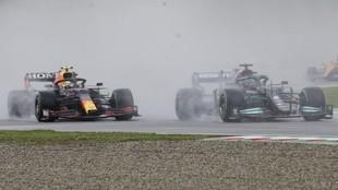 Checo Pérez, emparejado a Hamilton en la salida en Imola, donde...