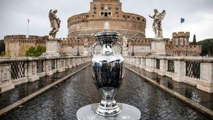 El trofeo Henri Delaunay, que se expone ante el Castillo de...