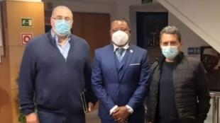 Pozanco y Becker, entre  Venancio Tomás Ndong Micha,  en su visita a...
