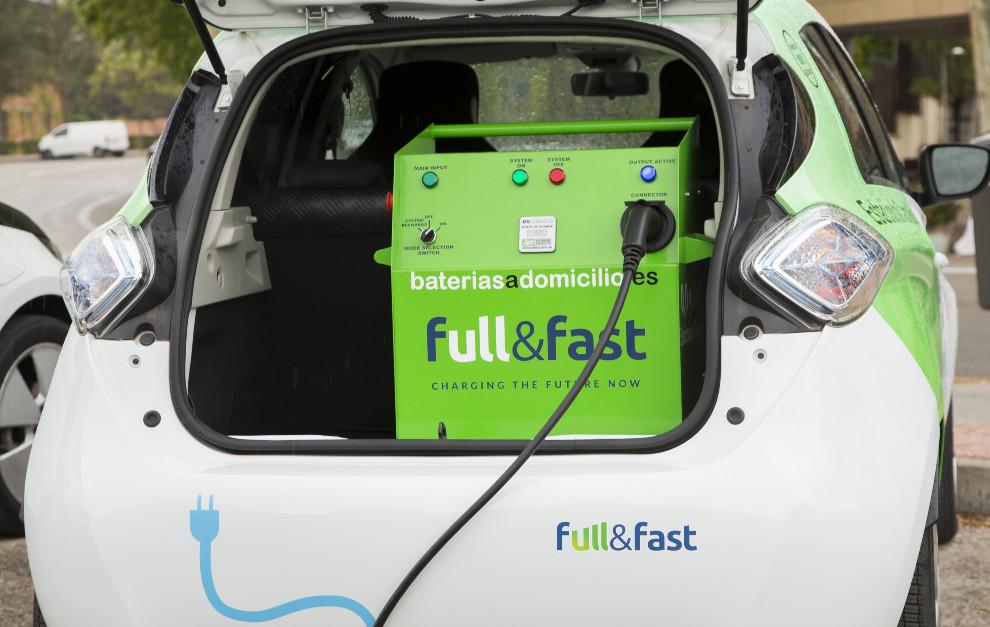 La recarga de emergencia se hace con un cargador eléctrico de por full&fast, socio experto en recargas móviles.