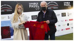 Iwa Martín y Vicente del Bosque con la camiseta donada de la...