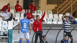 Sergio Rodriguez gesticula en la banda de Cartagonova en el partido de...