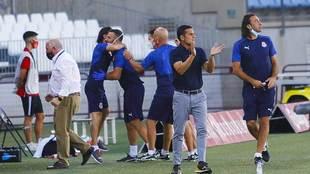 Francisco, junto a su ayudante Jaime, aplaude a sus jugadores en el...