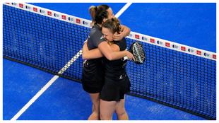 Victoria Iglesias y Aranzazu Osoro se abrazan tras su triunfo en...
