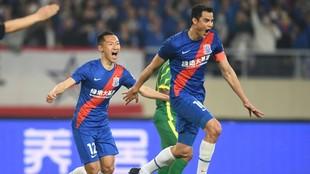 Gio Moreno, con Wu Xi a su espalda, corre a celebrar el primer gol del...