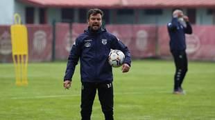 Rubén Albés, dirigiendo uno de sus primeros entrenamientos