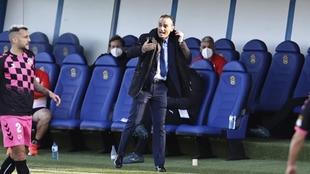 José Luis Oltra da órdenes durante el partido que enfrentó al...