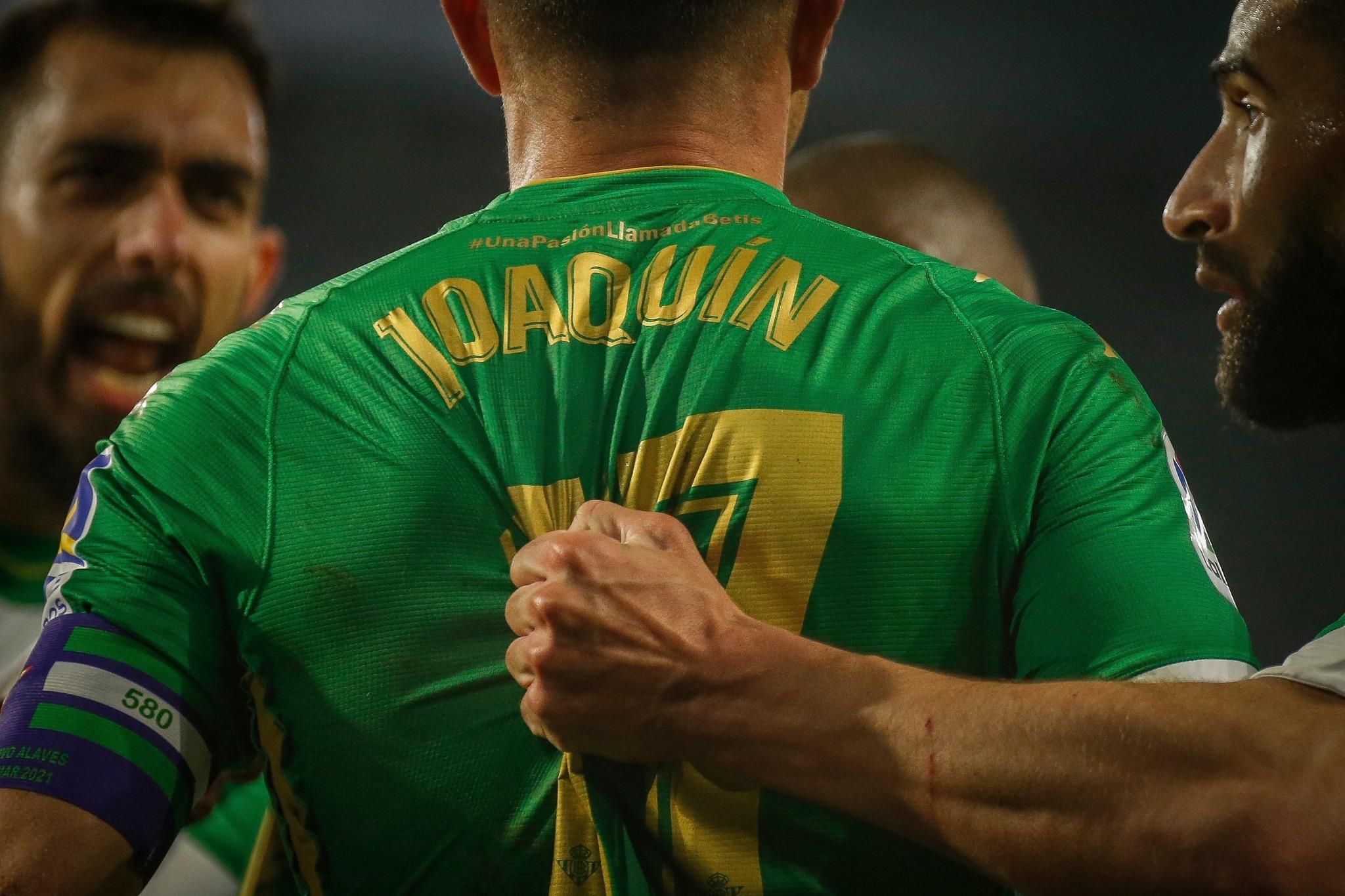 Joaquín, felicitado tras marcar un gol