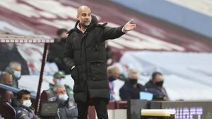 Guardiola da una indicación en un encuentro del Manchester City.