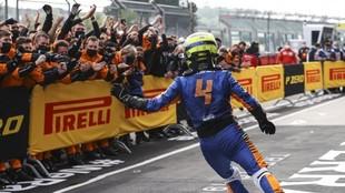 Lando Norris celebra con sus mecánicos el podio en Imola.