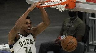 Giannis Antetokounmpo machaca el aro rival con los Bucks