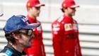 Alonso, con Leclerc y Sainz al fondo, en los test de Bahreín 2021.