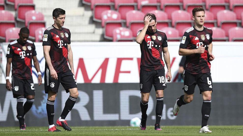 Los jugadores del Bayern se lamentan tras un gol del Mainz.