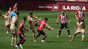 José Angel Jurado dispara en presencia de Olaetxea en un balón en el...