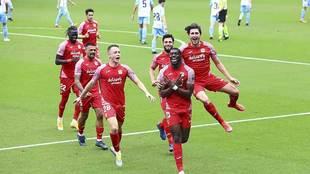 Nteka celebra perseguido por sus compañeros el gol del triunfo del...