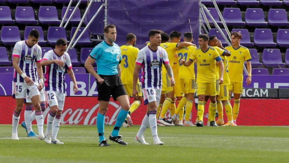 Los jugadores del Cádiz celebran el empate en Zorrilla.