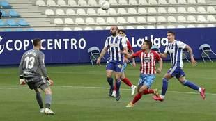 Con este cabezazo marcó Paris Adot su gol al Lugo en El Toralín