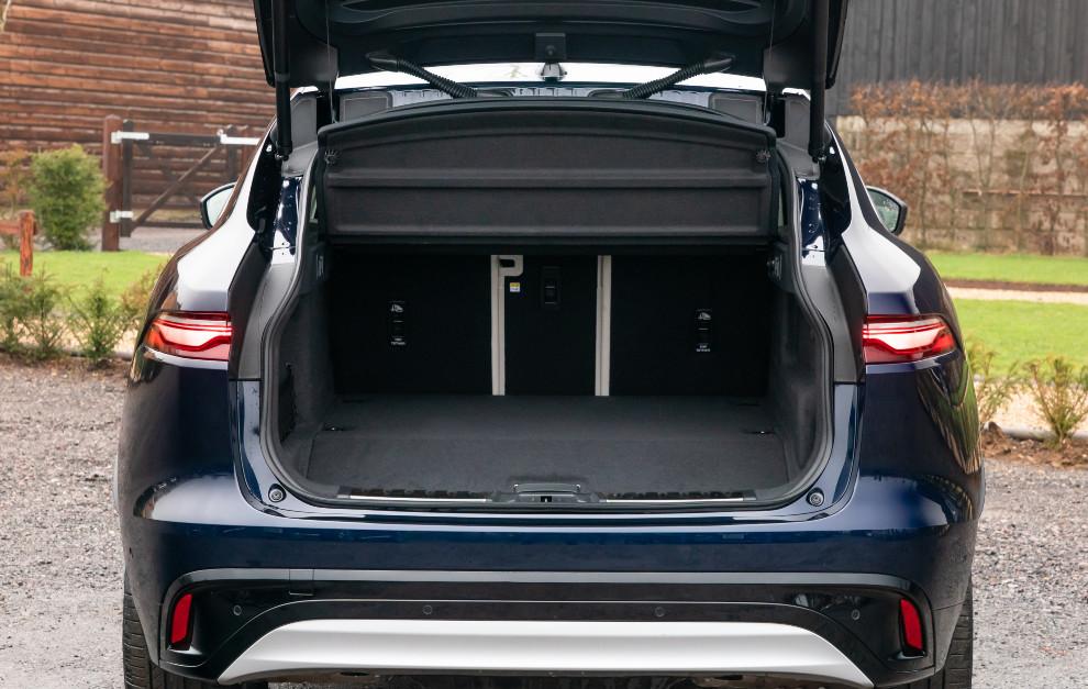 El maletero tiene una capacidad de 485 litros, 16 litros menos que las versiones MHEV.