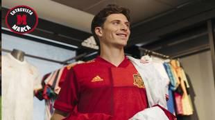 Pau Torres posa para MARCA con las camisetas de la selección...
