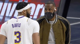 LeBron James charla con Anthony Davis antes del partido frente a los...