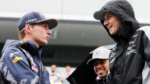 Nico Hulkenberg conversa con Max Verstappen.