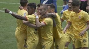 Yoel Bárcenas es abrazado por sus compañeros tras marcar el gol a su...
