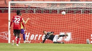 Momento en que Corpas marca a Lizoain, de penalti, en Anduva