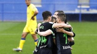 Los jugadores del Leganés se abrazan celebrando el triunfo en...
