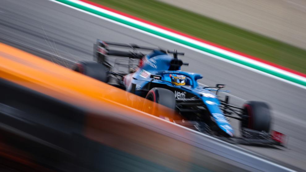 Alonso, en pista, durante el GP de Emilia Romagna.