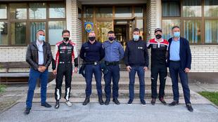 Ogier posa con la policía croata.