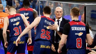 Dusko Ivanovic saluda a sus jugadores antes de un encuentro.