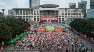 Aficionados del Wuhan FC siguen en una pantalla gigante las...