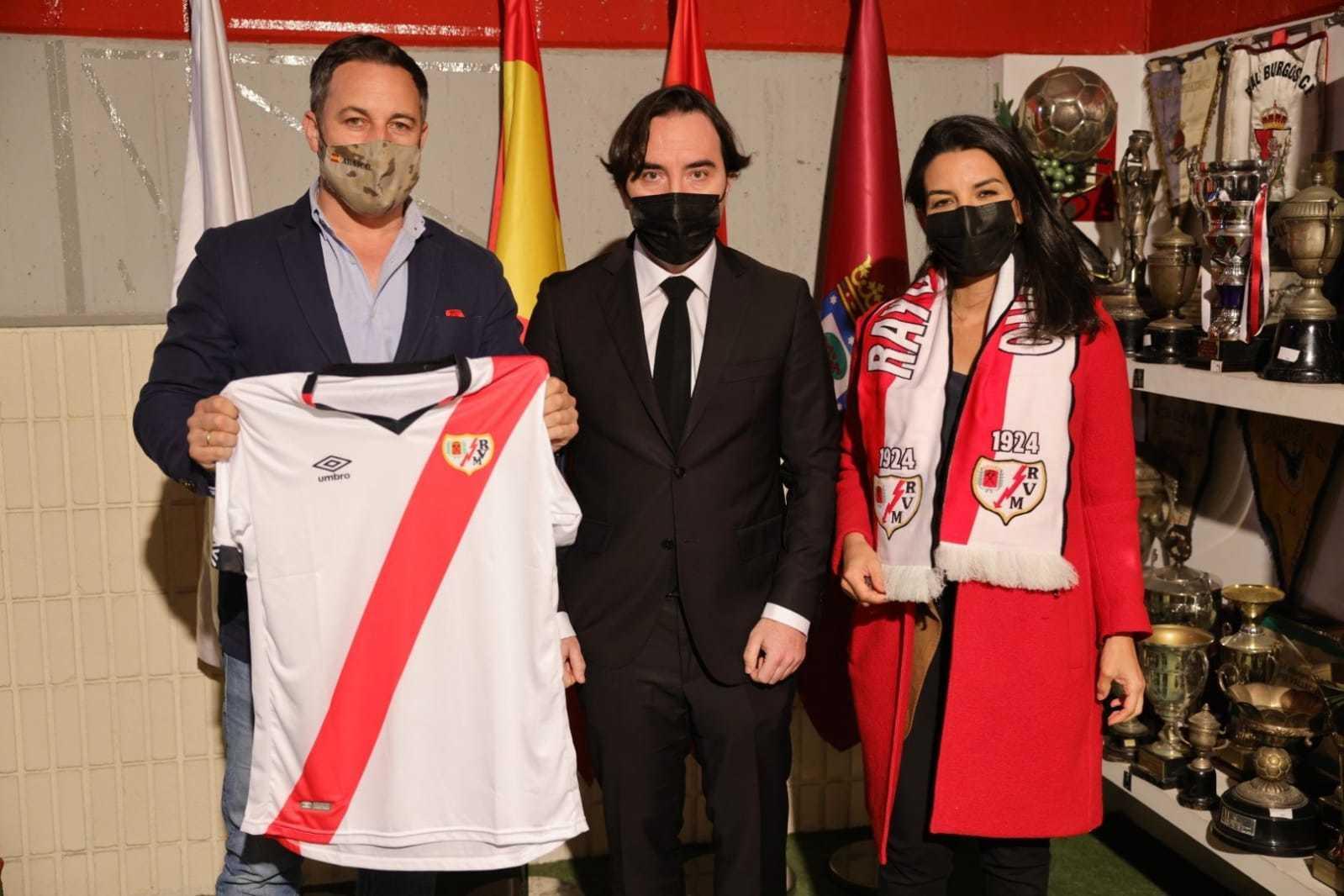 Santiago Abascal y Rocio Monasterio posan con el presidente del Rayo Vallecano, Martín Presa.