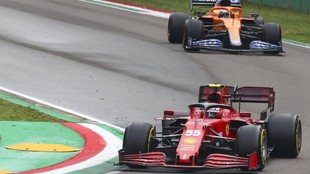 Carlos Sainz, por delante de Daniel Ricciardo, en Imola.