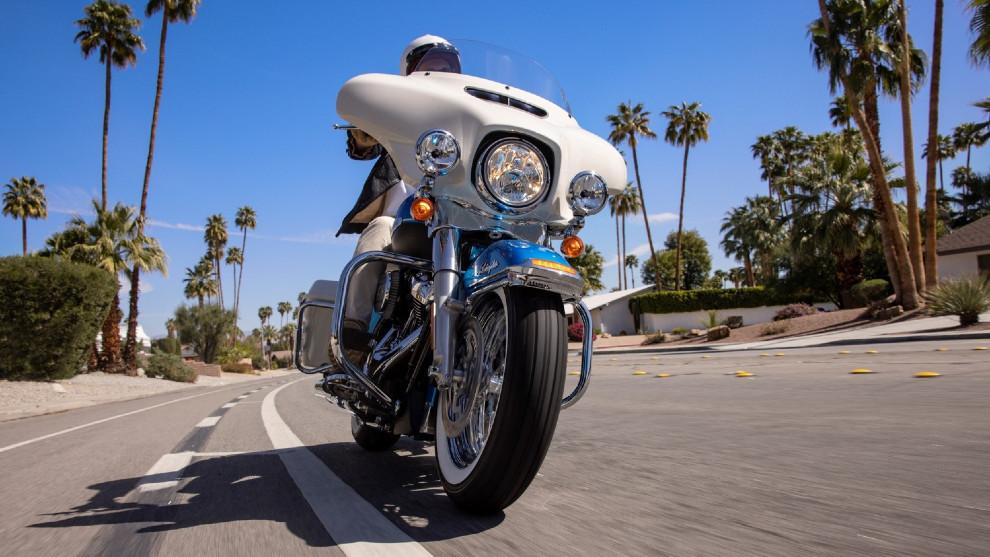 El carenado 'batwing' de color blanco es un guiño a las motos de los años 60.
