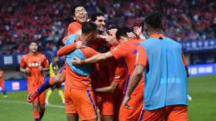Los jugadores del Shandong Taishan celebran el gol del triunfo de...